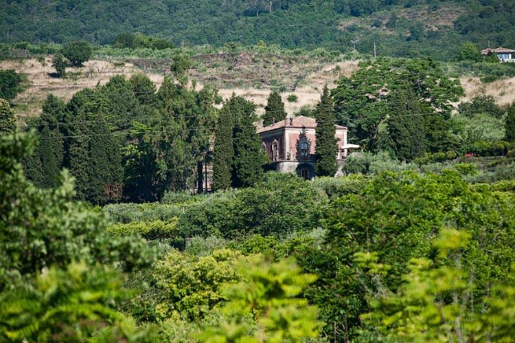 1---Monaci-delle-Terre-Nere-from-afar