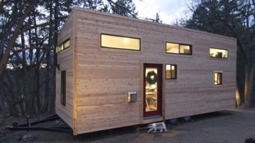 maison-minuscule-sur-roues-dote-d-une-puce-et-un-design-moderne_thumb