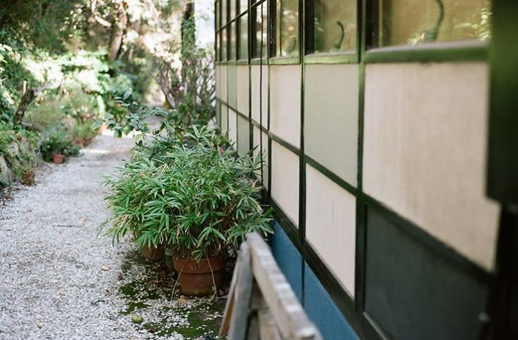 eames-house-la-gravel-path-gardenista