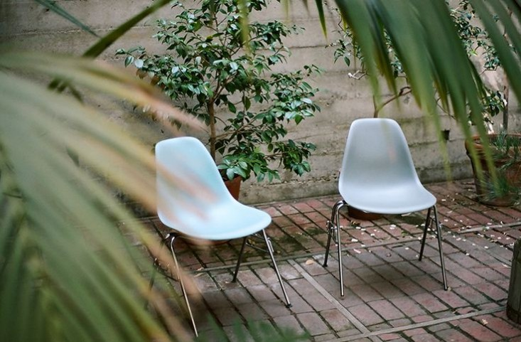 eames-house-la-patio-chairs-gardenista