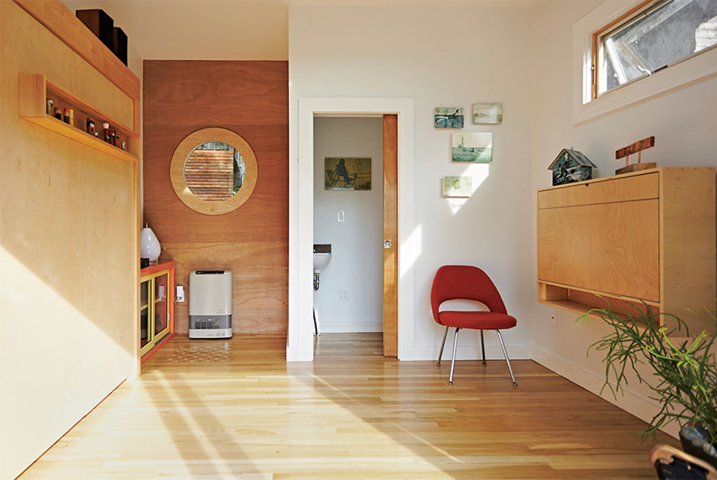 family_affair-backyard-addition-restored-eero-saarinen-executive-chair