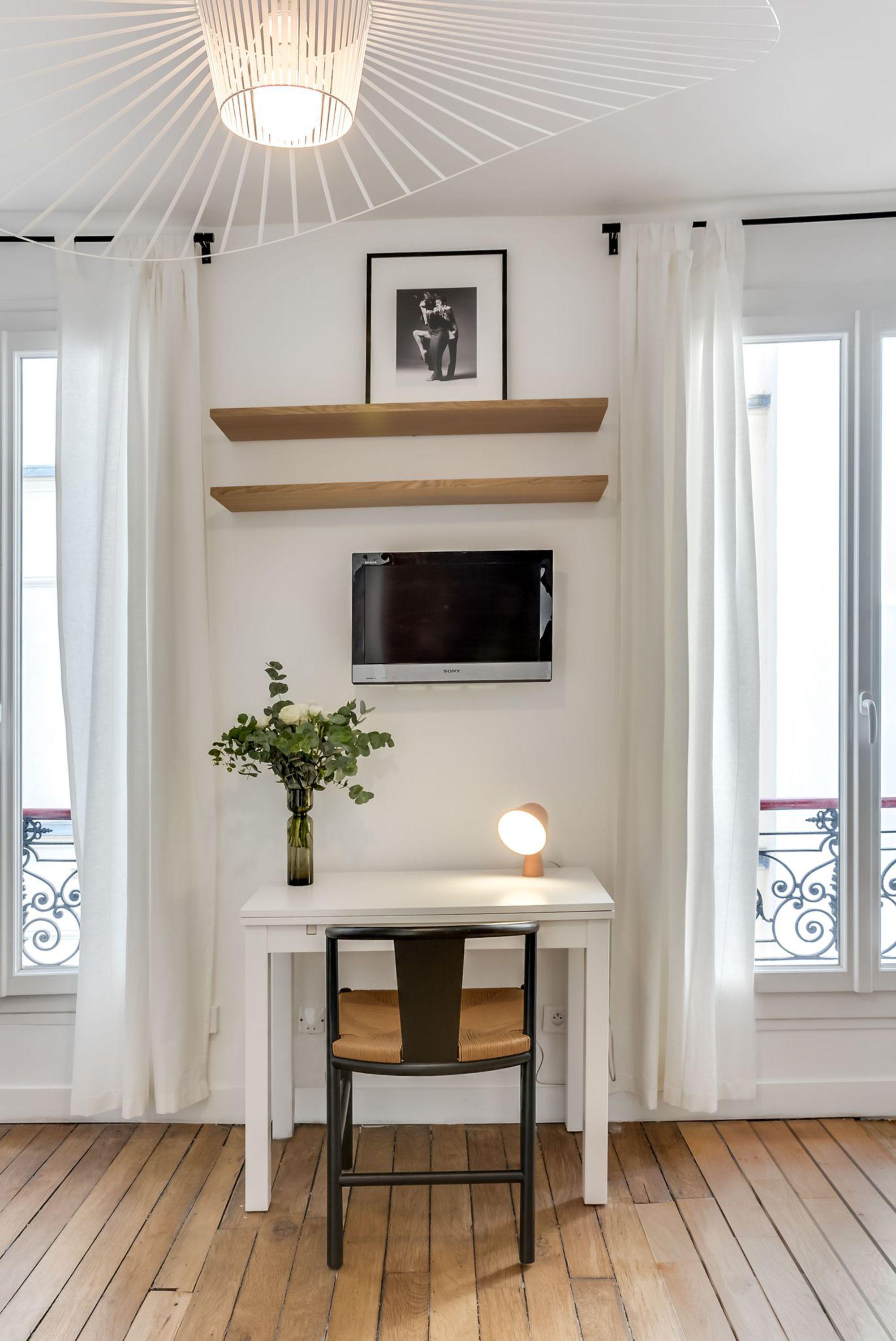 coin-bureau-tv-dans-petit-studio-parisien_5588131