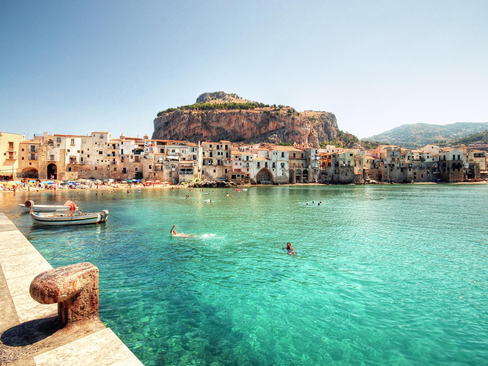 port-de-cefalu-en-sicile-au-large-de-l-italie